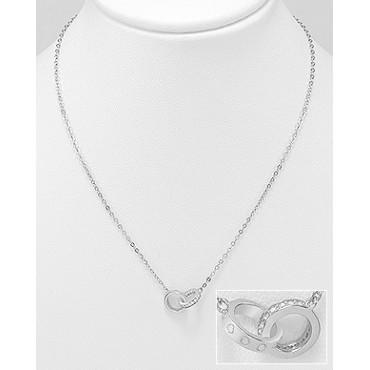 Srebrna ogrlica z dvema povezanima obročema okrašena s cirkoniji