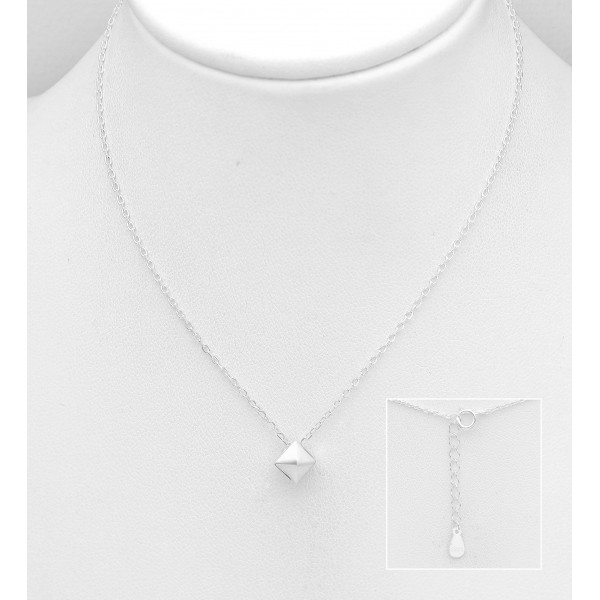 Srebrna ogrlica z obeskom v obliki piramide